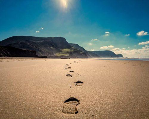 footsteps-3938563_1920
